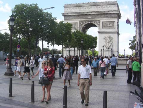 the Arc de Triumph crowd picture