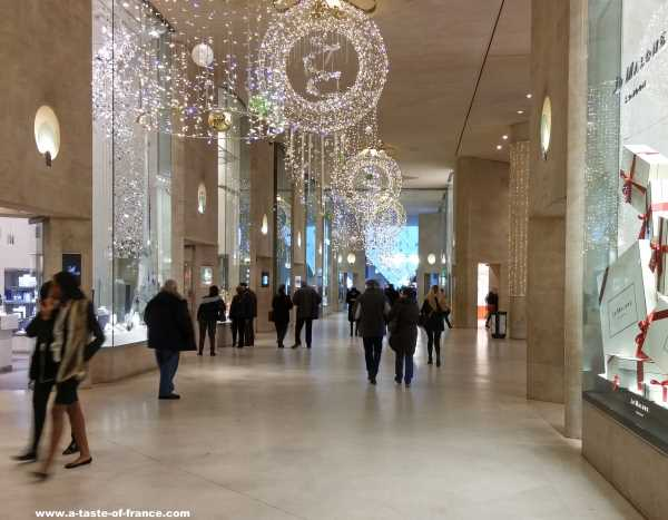 Louvre shopping entrance France picture 2