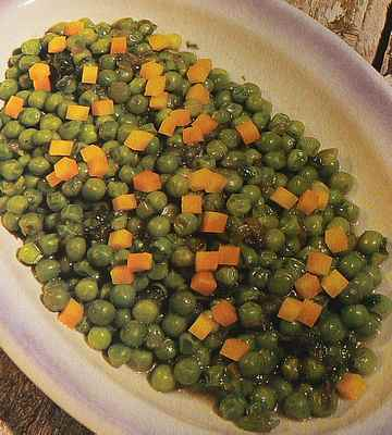 fresh peas with onions and carrots picture