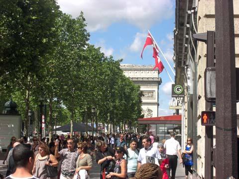 the Arc de Triumph crowd picture