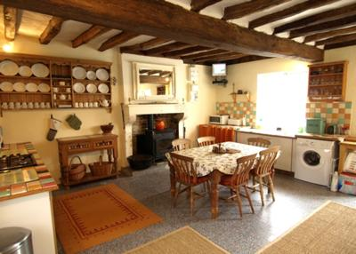 Large Farmhouse Kitchen with All Appliances and Seating for 6